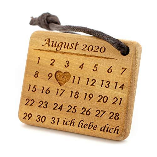 MenQ Kalender Holz Schlüsselanhänger personalisiert mit Gravur HERZ Datum Jahrestag Name Kirschholz Glücksbringer Anhänger