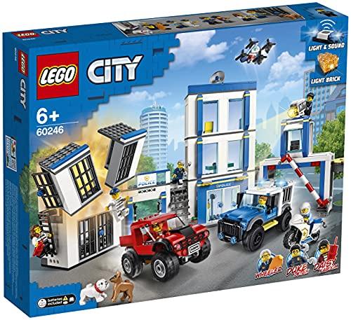 LEGO 60246 City LeCommissariatdePolice, Ensemble avec 2 Jouets de Camion, Briques Lumineuses et sonores, Drone et Moto