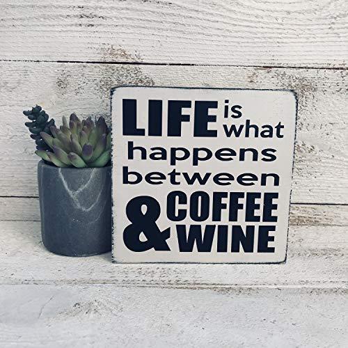 Ced454sy READY TO SHIP Het leven is wat er gebeurt tussen koffie en wijn hand geschilderd hout teken mini teken boerderij teken klein teken cadeau voor vriend