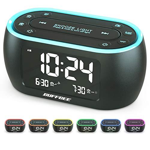 Buffbee Nachttisch-Wecker-Radio mit 7-Farben-Nachtlicht, Dual-Alarm, Snooze, Dimmer, USB-Ladegerät, Nap Timer, Digitaler Wecker mit FM-Radio und Auto-Off-Timer, netzbetrieben mit Batterie-Backup