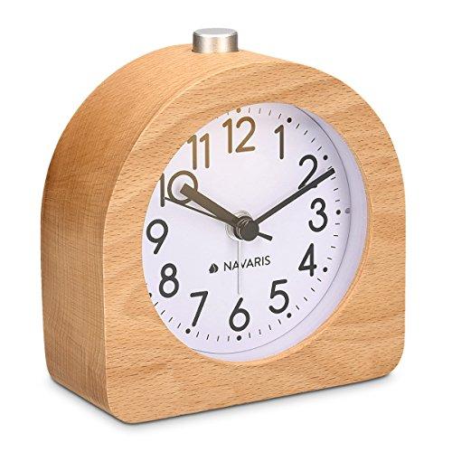 Navaris Analog Holz Wecker mit Snooze - Retro Uhr Halbrund mit Ziffernblatt Alarm Licht - Leise Tischuhr Ohne Ticken - Naturholz in Hellbraun