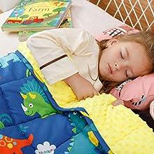 BUZIO Manta con peso de 1,3 kg para niños, ultra acogedora, con puntos y lados de algodón con dibujos animados, manta pesada ideal para calmar y dormir, 90 x 120 cm, parque de dinosaurios azul