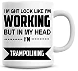 DKISEE Lustige Kaffeetasse mit Aufschrift 'I Might Look Like I'm Working But In My Head Trampolin', 325 ml
