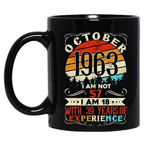 Vintage Nacido en octubre de 1963 Celebración de cumpleaños No tengo 57 años Tengo 18 años Con 39 años de experiencia Taza de cerámica Tazas de café gráficas Tazas negras Tapas de té Novedad personali