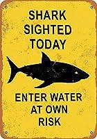今日、自分のリスクで水中で見つかったサメ メタルポスタレトロなポスタ安全標識壁パネル ティンサイン注意看板壁掛けプレート警告サイン絵図ショップ食料品ショッピングモールパーキングバークラブカフェレストラントイレ公共の場ギフト