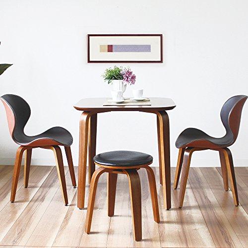 狭いダイニングでは、70cm正方形のコンパクトサイズのダイニングテーブルはいかがでしょう。 落ち着いた色味のウォールナット突板に、アアルトデザインを思わせる美しい曲げ木の脚。北欧モダンの雰囲気が漂う、こんなテーブルなら小さくても存在感がありますね。