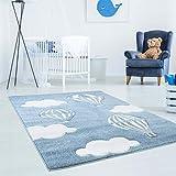 Kinderteppich Bueno mit Heißluft-Ballon, Wolken in Blau mit Konturenschnitt, Glanzgarn Kinderzimmer; Größe: 140x200 cm