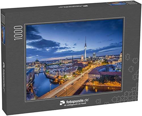 fotopuzzle.de Puzzle 1000 Teile Luftaufnahme der Berliner Skyline mit berühmtem Fernsehturm und Spree in der Dämmerung während der Blauen Stunde bei Dämmerung (1000, 200 oder 2000 Teile)