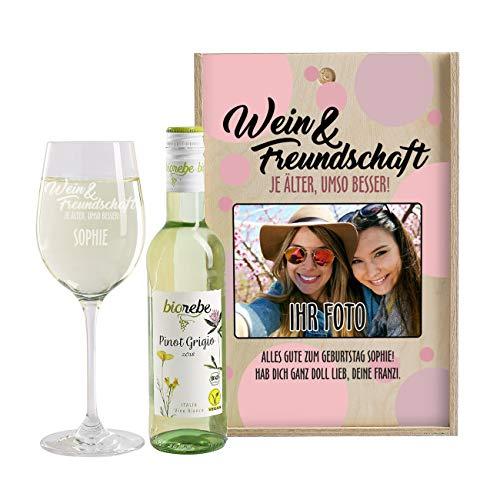 Herz & Heim® Wein-Geschenk im Namen der Freundschaft mit graviertem Leonardo Weinglas, Wein und eigenem Foto auf der Weinkiste Pinot Grigio