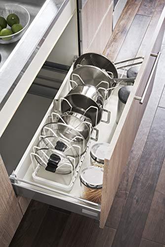 こちらのスタンドは、幅が45cm〜82cmまで変えられます。仕切りパーツが10本付いていて、収納力は十分。鍋フタのつまみを掛けられる形や、フライパンの持ち手置きパーツなど、使いやすい工夫がされているのも◎