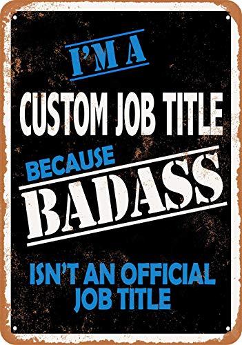 Letrero de pared de metal de aspecto vintage con texto en inglés 'CUSTOM JOB TITLE Because Badass Isn't an Official Job Title