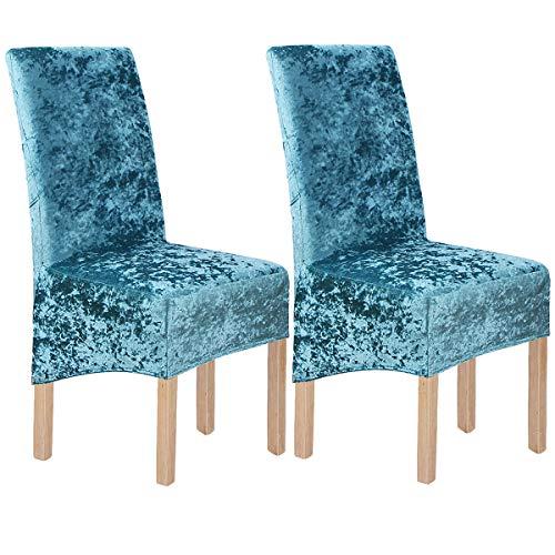 Fundas azules de terciopelo para sillas de comedor.