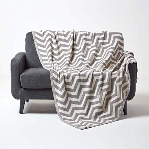 Homescapes gestrickte Tagesdecke mit Zick-Zack-Muster, weiche Wohndecke in Grau & Naturweiß, 100prozent Baumwolle, Strickdecke 150 x 200 cm, perfekt als Kuscheldecke, Sofaüberwurf, Bettüberwurf