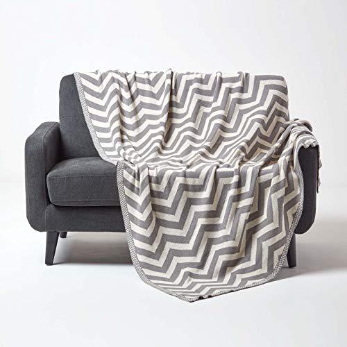 Homescapes gestrickte Tagesdecke mit Zick-Zack-Muster, weiche Wohndecke in Grau & Naturweiß, 100prozent Baumwolle, Strickdecke 130 x 170 cm, perfekt als Kuscheldecke, Sofaüberwurf, Bettüberwurf