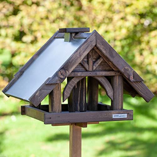 VOSS.garden Vogelhaus Sibo inklusive Standfuß und Futter-Schornstein, hochwertige imprägnierte Fichte, Vogelfutterstation Futterhaus Vogelhäuschen, Gesamthöhe 135cm