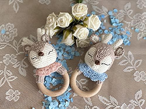 WOELKCHEN DESIGN - Reh Baby Rassel personalisiert mit Gravur, Holz Greifling mit Strick, gehäkelt Rehkitz, Junge und Mädchen, Geschenk zur Geburt