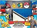 PoKéMoN Bandolier Set, Cuenta con 1 Figura de Pikachu de 5cm, 2 pokebolas Clip 'N' Go, 1 cinturón de Pokeball Clip 'N' Go y 1 Bolsa de Transporte - La Bolsa se despliega en una Alfombra de Batalla por Jazwares