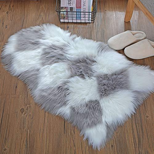 HEQUN Faux Lammfell Schaffell Teppich Kunstfell Dekofell Lammfellimitat Teppich Longhair Fell Nachahmung Wolle Bettvorleger Sofa Matte (Weiß+grau, 60 X 90 cm)