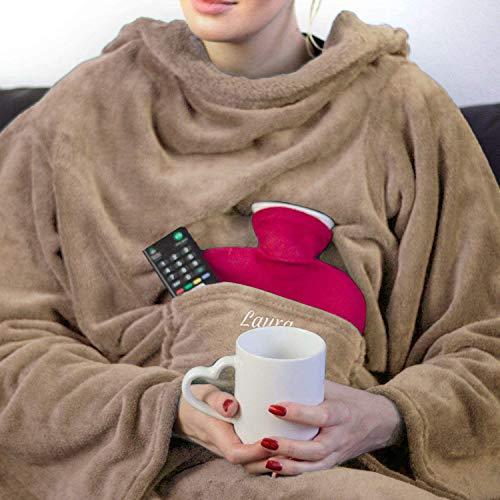 Personalisierte Kuscheldecke mit Namen (Cappucino) - Decke mit Ärmeln | Mit Bestickung nach Wunsch | Super als TV-Decke mit Ärmeln | Super Geschenk für Frauen | Fleecedecke