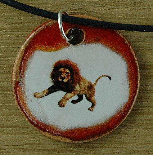 Echtes Kunsthandwerk: Hübscher Keramik Anhänger mit einem Löwen; König der Tiere, Afrika, Großkatze, Raubtier, Bengalkatze, Katze