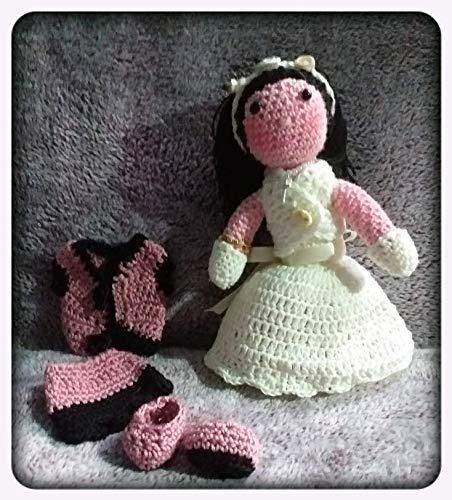 Peluche niña con traje de comunión y vestidito, de ganchillo-crochet. Confeccionada a mano con la téccnica amigurumi. Artesanal. Personalizable. Magic Crafts.