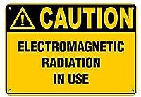 注意使用中の電磁放射危険ラベル壁の金属ポスターレトロなプラーク警告ブリキのサインヴィンテージ鉄の絵画の装飾オフィスの寝室のリビングルームクラブのための面白い吊り下げ工芸品