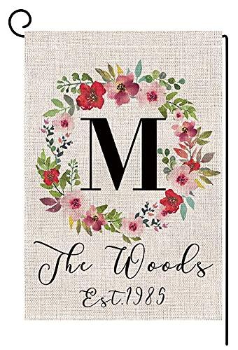 Corona de flores personalizada 'M' monograma pequeña bandera de jardín vertical de doble cara, 30 x 45 cm, apellido personalizado de arpillera, patio, decoración al aire libre, regalo de boda