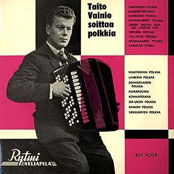 Taito Vainio soittaa polkkaa