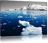 Eisbrocken im blauen Meer der Arktis schwarz/weiß Format:
