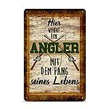 Print Royal Blechschild mit Spruch - Hier wohnt EIN Angler mit dem Fang seines Lebens - Geschenkidee für Angler/Türschild/Angeln - Hochformat DIN A4