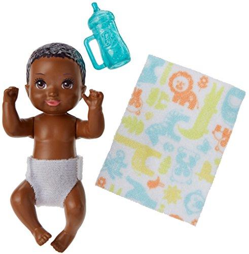 Barbie FHY82 - Skipper Babysitters Inc. Baby Puppe und Zubehör mit schwarzen Haaren, Puppen Spielzeug und Puppenzubehör ab 3 Jahren