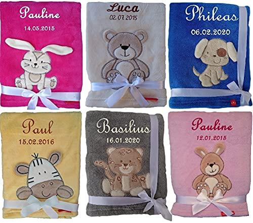 Kuschlige & flauschige Babydecke bestickt mit Namen und Datum von Wuff Dogsworld
