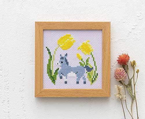 「ロバとチューリップ」や「ライオンとひまわり」など、可愛いらしい動物と季節の花がデザインされたクロステッチキットは、シンプルで挑戦しやすい図柄。木枠付きなので、できあがったあとは作品を入れておしゃれに飾ることができます。