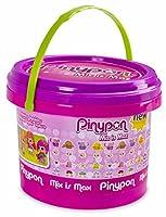 Nuovo secchiello piccolo Pinypon; Include 5 personaggi Pinypon; Con molti accessori per poter creare innumerevoli combinazioni; Il comodo secchiello ti permetterà di custodire tutte le tue Pinypon e portarle ovunque;