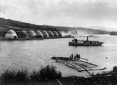 Chateaugay Lake C1891 Na - Póster de Na (18 x 24), diseño de barco de vapor con texto en inglés 'Passing Charcoal Kilns When Children Watch From A Dock On Chateaugay Lake In The...