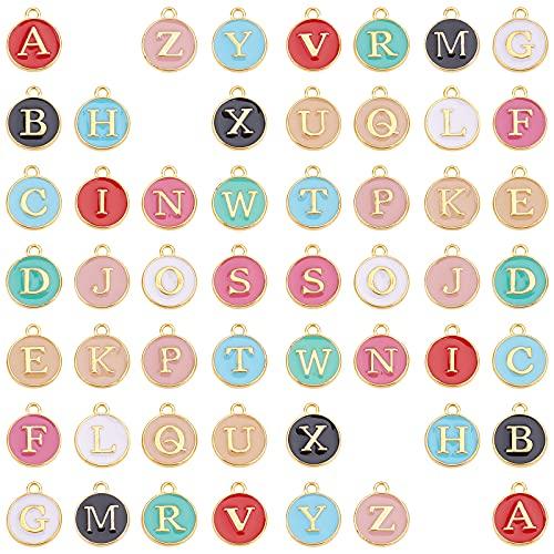 SUNNYCLUE 混合色52個 エナメル イニシャル アルファベット チャーム ネックレス ペンダント レター パーツ イヤリング 文字チャーム チョーカー ブレスレット 26文字セット A-Z柄 合金ペンダント 丸メタル チャームパーツ アクセサリーパ