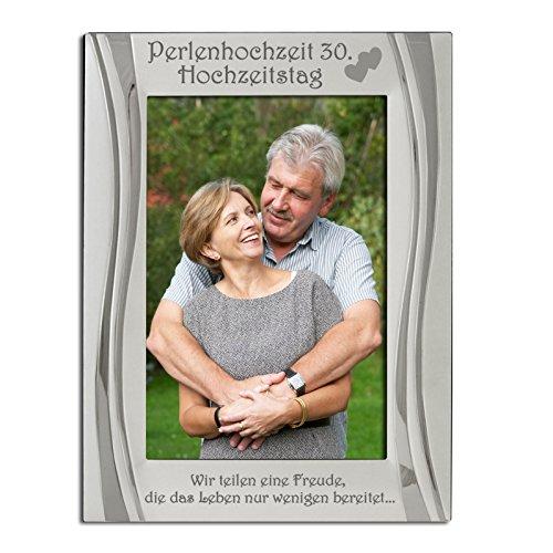 """Perlenhochzeit 30. Hochzeitstag Bilderrahmen, Versilbert, Matt und glänzendes Silber, Perlenhochzeit 30. Hochzeitstag ist oben zusammen mit zwei vereinten Herzen eingraviert.Eingraviert mit """"Wir teilen eine Freude, die das Leben nur wenigen bereitet.."""" 30th Anniversary"""