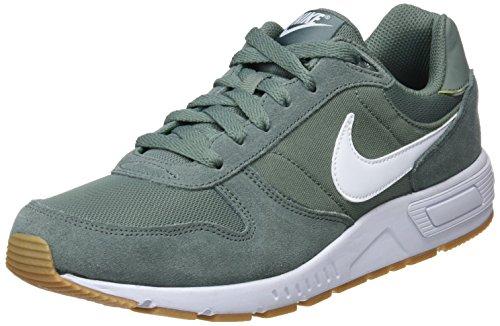 Nike Nightgazer, Zapatillas de Gimnasia Hombre, Negro (Clay Green/White/Gum Light Brown 303), 49.5 EU