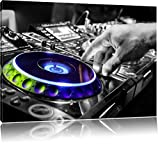 DJ bei der Arbeit am Plattenteller schwarz/weiß Format: