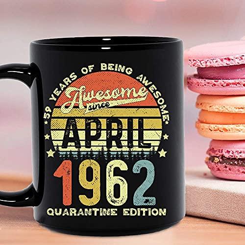 59 años de ser impresionante desde abril de 1962 Edición en cuarentena Fecha y edad personalizadas Cumpleaños Celebración del 71 cumpleaños Tazas de café de cerámica Negro Novedad personalizada 11oz