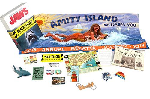 """El paquete contiene 14 unidades. Toalla de playa (170 x 40 cm) Ferry Ticket (numerado), Amity Island Brochure Map, Amity Gazette Llavero con diseño de tiburón antiestrés, 2 botones, cinta de advertencia """"Amity Police"""" Cupones Hoja, postal, volante, 2..."""