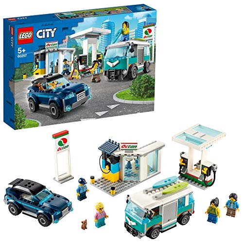 LEGO City Turbo Wheels - Stazione di Servizio con Negozio, Punto Ricarica Octan E, Pompa Benzina, SUV, Camper con Tavole Surf, 4 Minifigure, un Chihuahua, Set di Costruzioni per Bambini +5 Anni, 60257