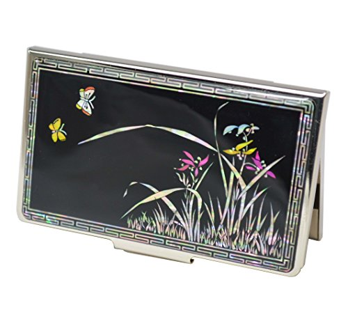 Phantasie Visitenkartenetui mit natürliche Perlmutt Dekorationen. Design Lilien und Schmetterlinge auf glänzenden schwarzen Hintergrund