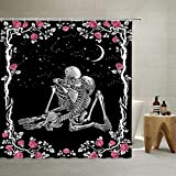 QYLHD Totenkopf-Duschvorhang Valentinstag Skelette Paar küssend im Mondlicht mit Kranz für rote Rosen Badezimmer Dekor Polyester Wasserdicht Stoff Badezimmer Gardinen mit Haken Schwarz