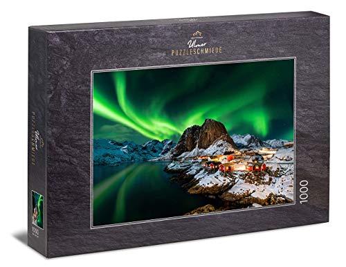Ulmer Puzzleschmiede - Puzzle Aurora Boreal - Puzzle de 1000 Piezas - La Aurora Boreal sobre el Pueblo pesquero de Hamnoy, Lofoten, Noruega