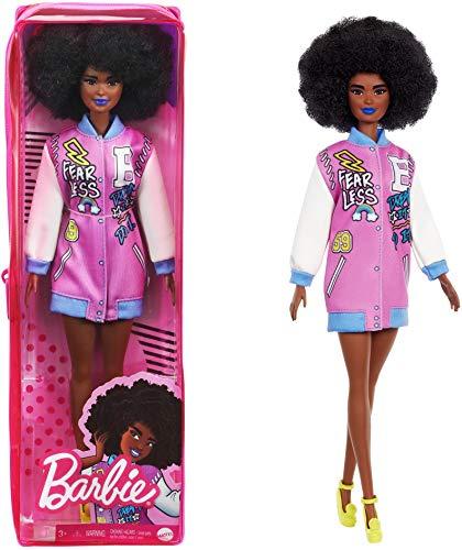 Barbie Fashionista Muñeca afroamericana con chaqueta beisbolera y accesorios de moda (Mattel GRB48)