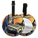 Top-T Grunge Retro Poster di una grande auto con pneumatici enormi e biplano sulle montagne, etichetta bagagli in pelle