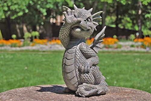 Süsser Gartendrache macht lange Nase Drache Figur Gartenfigur