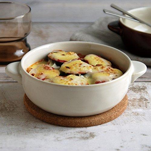 """深みのある色と手作り感あふれるほっくりシリーズのグラタン皿。ストーンウエアは""""炻器""""と呼ばれる焼き締めの陶器のことで、陶器の温かみと磁器の耐久性をあわせ持った焼き物です。専用の天然コルクのマット付きで便利。"""