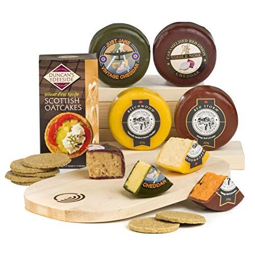 Il regalo ideale per un appassionato di formaggi britannici! Una selezione di premiati formaggi inglesi e gallesi accompagnati da crackers scozzesi senza glutine e un tagliere di legno Cheddar alle erbe aromatiche, Red Leichester piccante, Cheddar af...